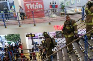 Personal del Cuerpo de Bomberos investiga las causas del incidente.