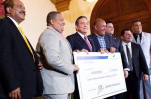 El presidente Laurentino Cortizo entregó $4,200,000 a municipios y juntas comunales como parte de la descentralización. Foto: @NitoCortizo.