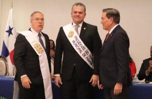 José Luis Fábrega; el presidente del concejo, Carlos Pérez Herrera, y el presidente Laurentino Cortizo. Foto de Twitter