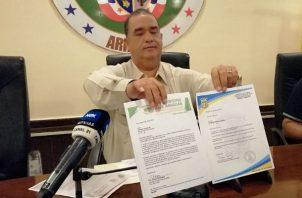 El alcalde Rollyns Rodríguez muestra las notas entregadas en los comercios. Foto: Eric A. Montenegro.