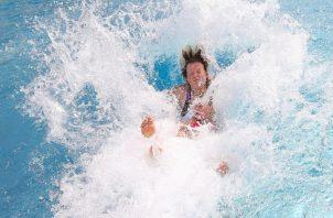 En Alemania una madre y su hija se lanzan a una piscina para refrescarse ante la intensa ola de calor. FOTO/AP