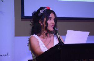 """Escritora Alessandra Monterrey Santiago. Afirma que:""""... en mi caso la poesía no es un hobby o símbolo de status para pretenderme elegida o marginada. Es un diálogo sobre todo conmigo misma donde abro puertas y cierro otras."""" Foto: Cortesía."""