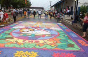 Las alfombras son hechas de aserrín y sal. Foto: Thays Domínguez.