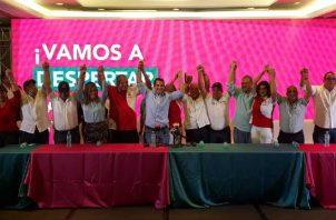 Directivos de ambos colectivos alzan los brazos, tras el acuerdo. Víctor Arosemena