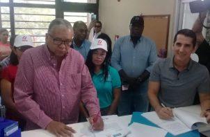 José Muñoz y Rómulo Roux asistieron al Tribunal Electoral ayer.