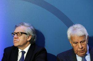 Luis Almagro y el expresidente del Gobierno español Felipe González. FOTO/EFE