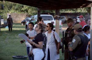 Familiares de los reos buscan información sobre lo ocurrido en el Centro Pemitenciario Altamira. FOTO/EFE