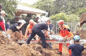 El incidente se dio mientras los obreros trabajaban colocando una alcantarilla de aguas negras, en la barriada La Arboleda, vía a Llano Afuera, de Las Tablas. Foto/Thays Domínguez