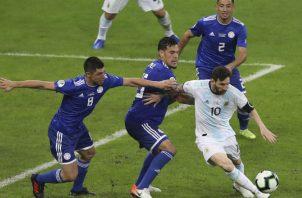 mesi es marcado muy de cerca por jugadores de Paraguay. Foto:AP