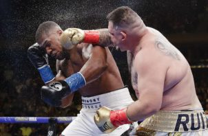 Andy Ruiz Jr castiga a Anthony Joshua. Foto AP