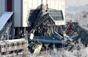 Bomberos trabajan en el rescate de víctimas en el lugar donde se ha producido un accidente en Ankara.