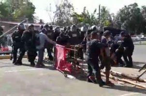 Las unidades policiales usaron gas pimienta y sus escudos para retirar a los manifestantes. Foto: José Vásquez.