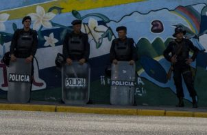 Antimotines de la Policía Nacional apostados ante protestas en Managua. Foto: EFE.