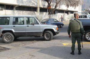 Autoridades venezolanas vigilan una calle durante el apagón eléctrico en Caracas (Venezuela). Foto: EFE.