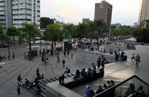 Cientos de personas caminan este jueves por una calle de Caracas (Venezuela), luego de un apagón eléctrico que afectó a gran parte del país. Foto: EFE.