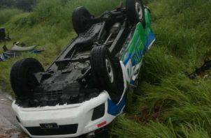 Del impacto, el equipo pesado perdió la parte frontal y quedó metido a orillas de la carretera. Foto: Diómedes Sánchez S.