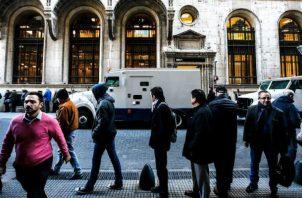 En el distrito financiero de Buenos Aires, casas de cambio y bancos operaron hoy con mayor normalidad. Foto: EFE