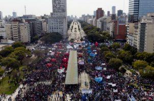 Argentinos salen a protestar.
