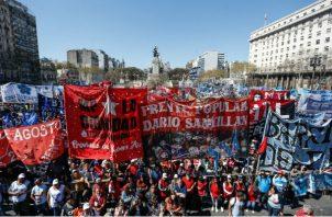Los controles limitaron las compras de dólares y las transferencias al exterior  en Argentina. Foto/EFE