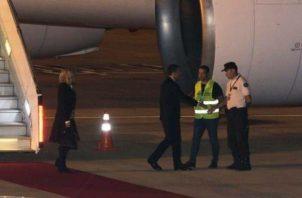El mandatario francés y la primera dama aterrizaron en el Aeropuerto Internacional Ministro Pistarini.