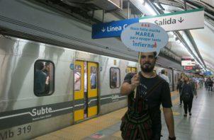 Uno de los manifestantes en el metro de Buenos Aires. Foto: EFE.