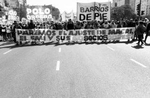 Una de las jornadas de protestas por la delicada situación económica que vive el pais. Los argentinos en general se empobrecieron un 30%, en promedio, en un solo día. El problema de fondo continúa. Foto: EFE.
