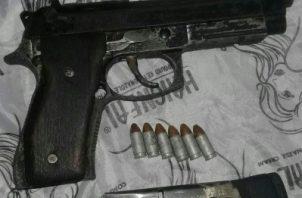El 23 de julio en la barriada Elisa Chiari, a través de una diligencia de allanamiento y registro se ubicó en una de las habitaciones de la residencia dicha arma.