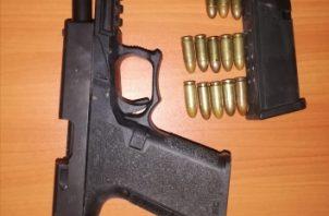Al verificar el área, fue encontrado un arma de fuego; la misma era una pistola 9 milímetros, glob 19, con sus municiones. Foto/Diómedes Sánchez