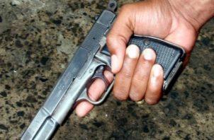 El sujeto fue sorprendido portando un arma de fuego tipo pistola, calibre 9 milímetros.
