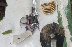 En el distrito de David, barriada Villa Mercedes, unidades de la DIJ, logran ubicar dentro de un lote baldío un arma de fuego tipo revolver calibre 22 con municiones sin detonar. Foto/Mayra Madrid