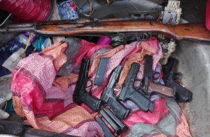 Las armas de fuego estaban dentro del taxi que fue detenido en el sector de Belén.