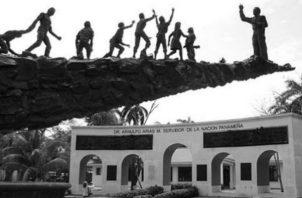 Monumento en honor al expresidente Arnulfo Arias Madrid, en la entrada de la calzada de Amador. Foto: Archivo.