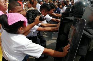 Los estudiantes y docentes exigen el inicio de clases y que culminen las reparaciones del colegio. Foto/Eric Montenegro