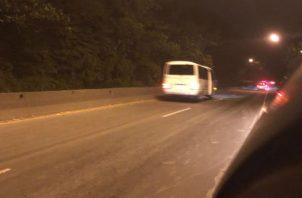 Los conductores  que viajan hacia Loma Cová buscan la manera de poder llegar a tiempo a su puesto de trabajo. @MOPdePanama.