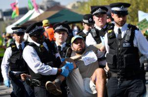 La policía arresta a los manifestantes del grupo de campaña Extinción Rebelión cuando bloquean el puente de Waterloo en el centro de Londres. FOTO/AP