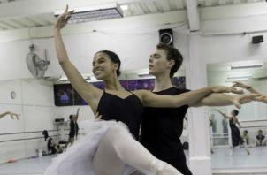 Con buena moneda le han pagado a la bailarina e instructora de ballet Maruja Herrera sus estudiantes.