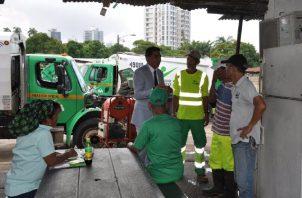 El nuevo director conversa con los trabajadores de aseo. Foto de Twitter