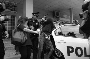 Momentos en que el joven es retirado de la sala de audiencias del Sistema Penal Acusatorio. Foto: Eric Montenegro. Epasa.