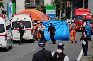 Policías y socorritas en el lugar del ataque con arma blanca, en  Kawasaki, al sur de Tokio (Japón). Foto: EFE.