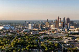 Panorámica aérea de la ciudad de Atlanta desde el sur con el estadio Mercedes-Benz, el CNN Center y el Philips Arena.