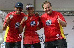 Alejandro Semprum y  Yennis Sanhouse, muestran sus medallas. Foto: Cortesía