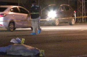 La víctima quedó tendida sobre el carril derecho. Foto: Mayra Madrid.