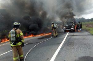 Las autoridades realizan las investigaciones de este hecho registrado en la vía interamericana en el paño que conduce al oriente chiricano, para esclarecer a que se debió el incendio de este vehículo. Foto/Mayra Madrid