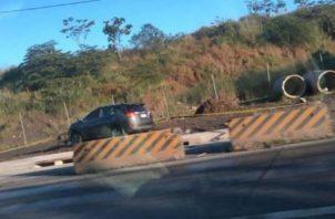 Auto abandonado en vía Centenario cerca del estadio Rod Carew.
