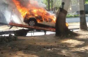 El automóvil era trasladado en una grúa, cuando se incendió en Costa del Este, a la altura de la AUDI.