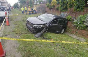 El auto que, supuestamente fue robado en Albrook Mall, se estrelló en El Ciruelito, tras una persecución policial.