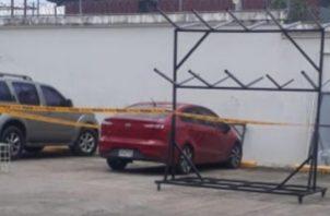 La niña de 4 años de edad niña fue encontrada dentro de un automóvil marca Kia Rio, color rojo, propiedad de su padre.