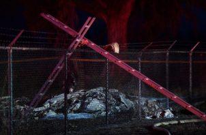 Los bomberos indicaron que cuando llegaron al lugar del siniestro, el avión estaba envuelto en llamas. FOTO/AP