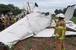 Los bomberos sacaron a una de las personas heridas de la aeronave. Foto/Cuerpo de Bomberos