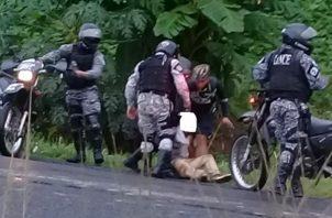 Las autoridades capturaron a los sicaros y recuperaron dos armas de fuego. Foto/Diómedes Sánchez